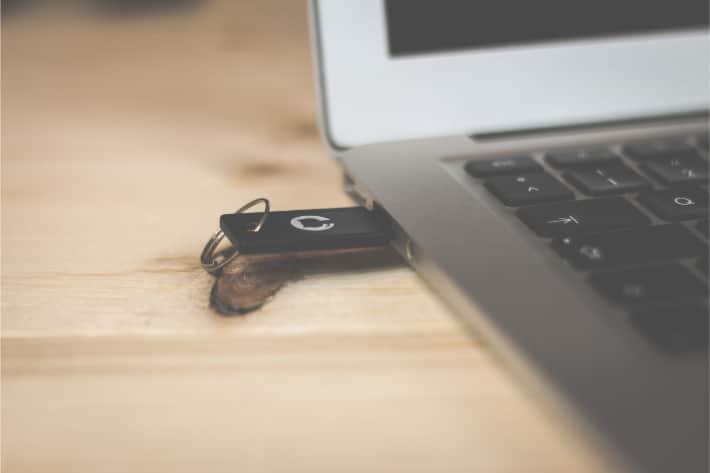 Laptop, in dem seitlich ein USB-Stick steckt