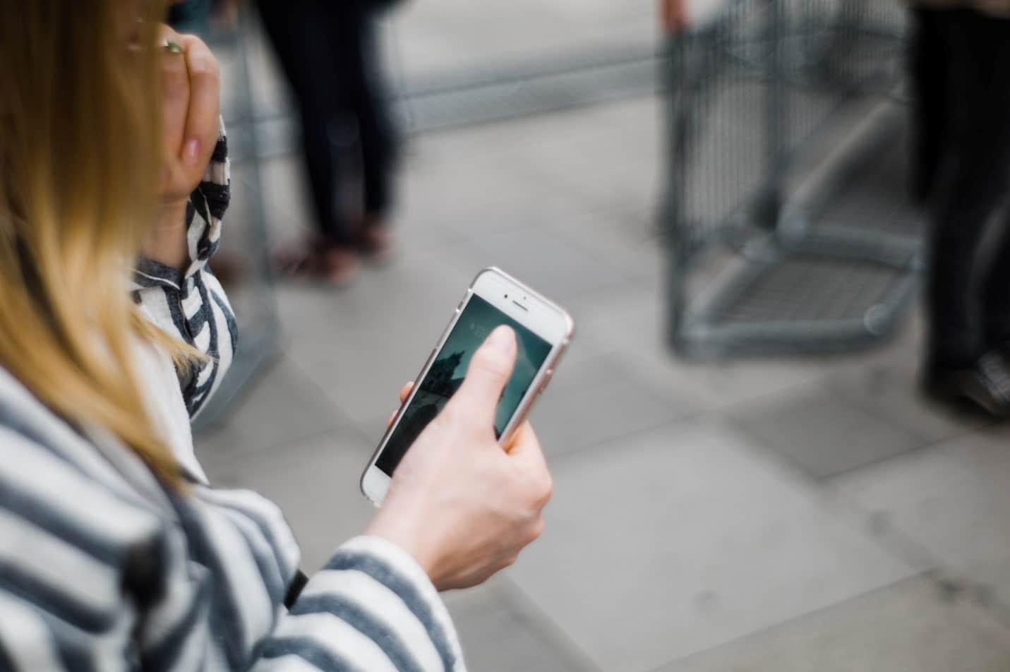 Frauen als Ziel mobiler Scams